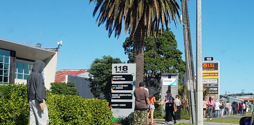 Alcohol shop line ups in West Auckland during Cocid-19 lockdown